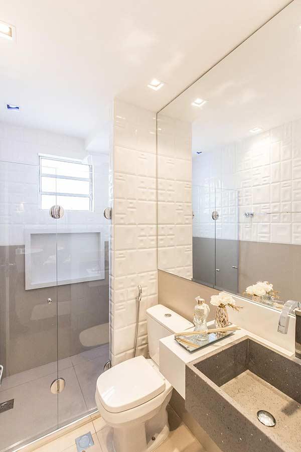 Mescla de cerâmica com harmonia na composição do banheiro