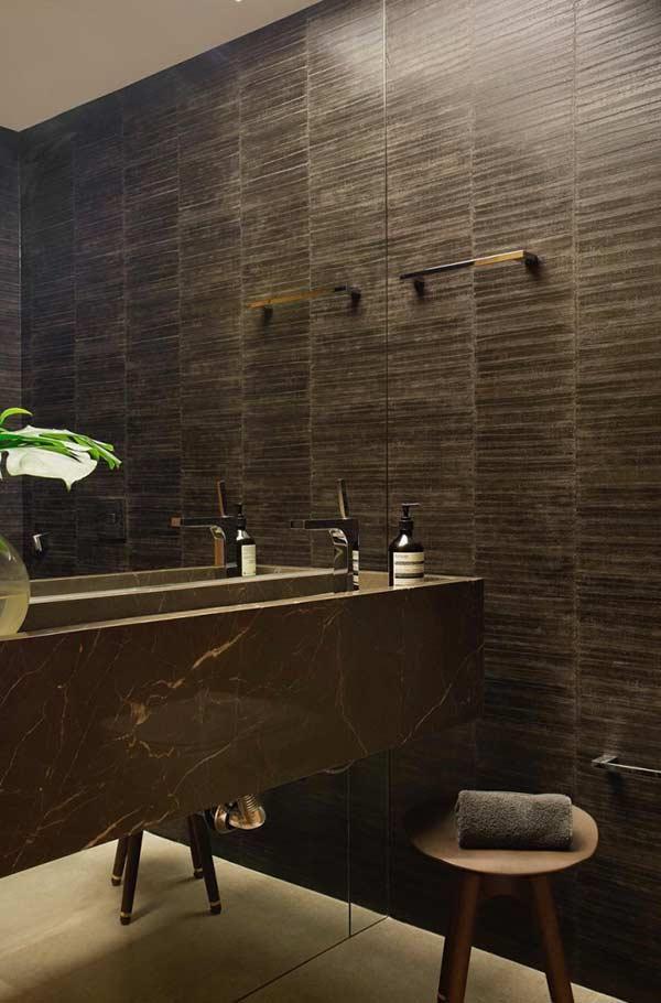 Banheiro com cerâmica preta