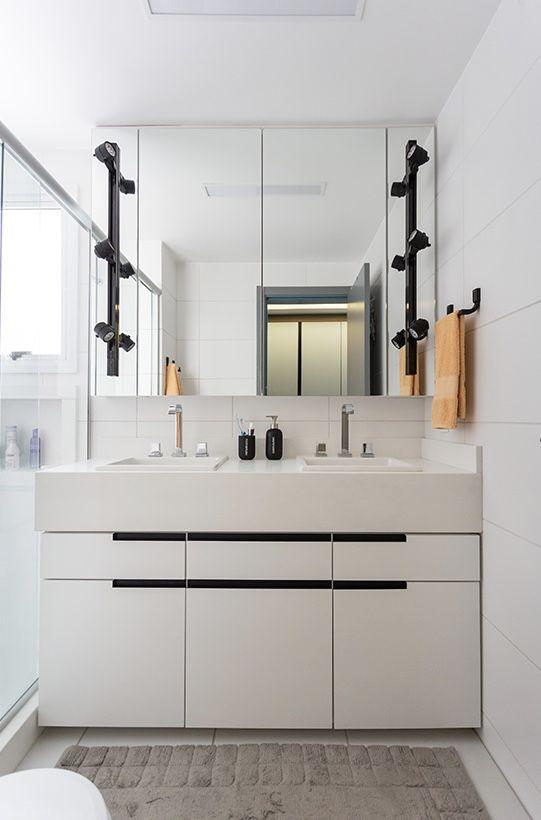 A cerâmica branca permite destacar outros objetos dentro do banheiro