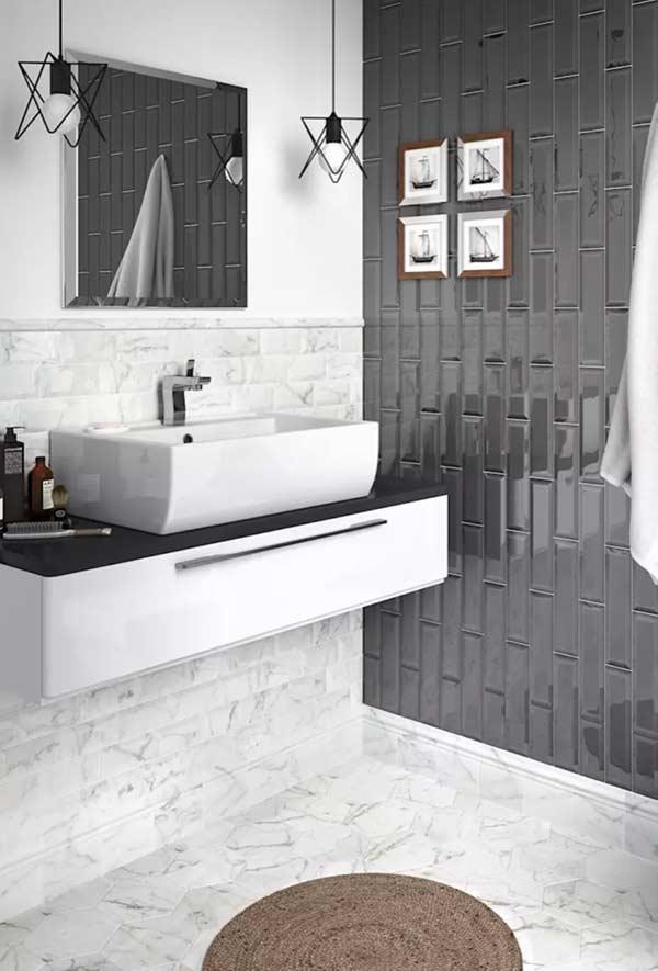 Banheiro com equilíbrio visual entre os materiais de revestimento