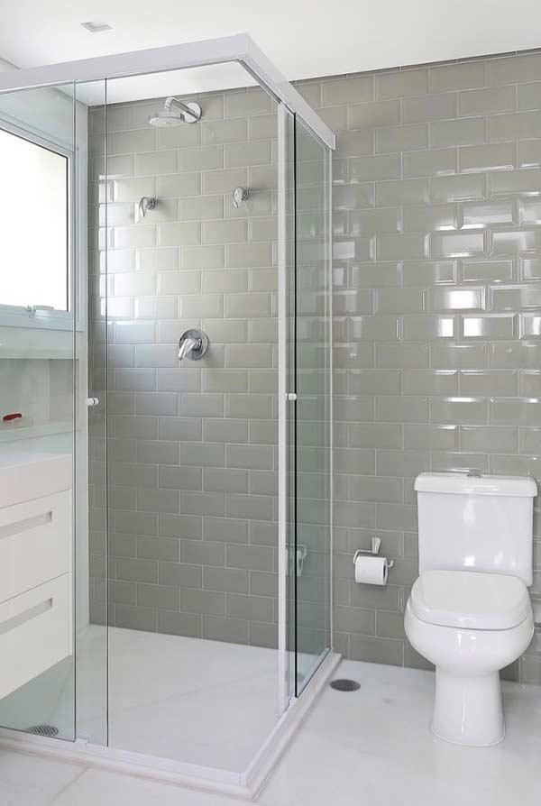 Banheiro com escolha neutra na cor dos materiais
