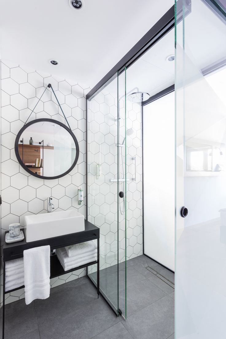 Revestimento hexagonal e espelho Adnet