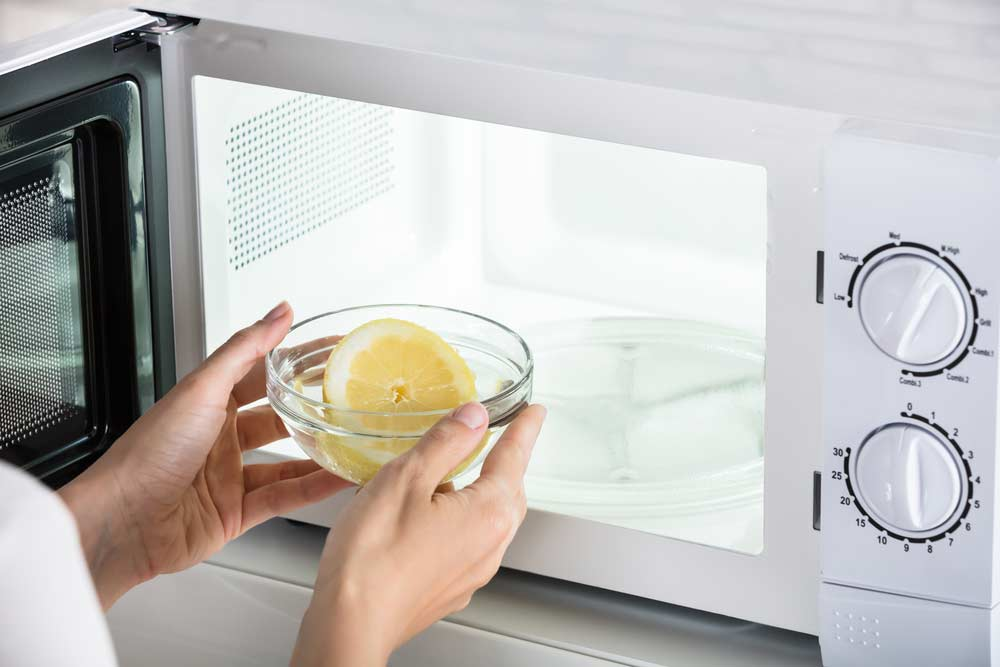 Solução com limão para limpar micro-ondas