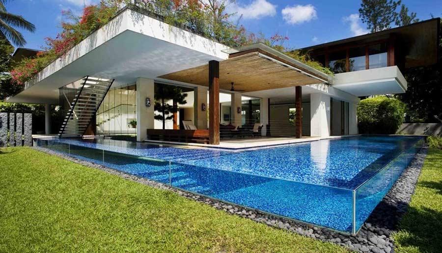 O grande espelho d'água realça a arquitetura