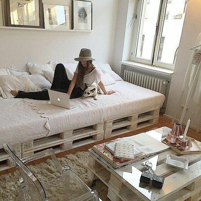 Mesa branca com tampo de vidro