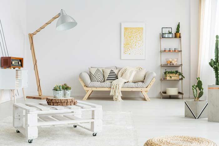 Pequena mesa com rodízios e pintura branca