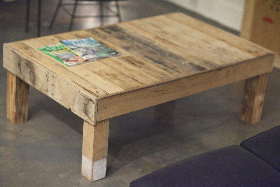 Detalhes de uma mesa pequena feita com pallets
