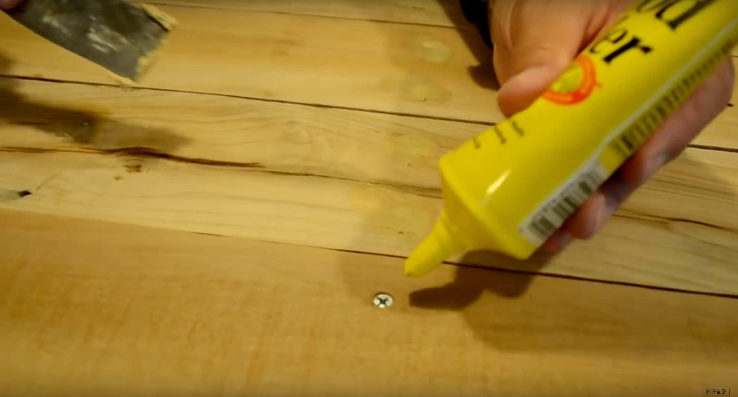 Aplicação de massa em madeira