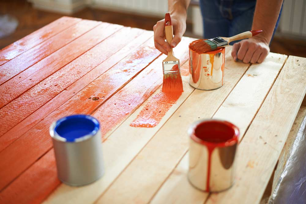 Como pintar madeira: dicas essenciais para quem vai começar