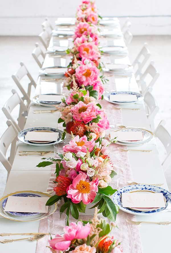 Arranjos de flores com diversas espécies para centro de mesa