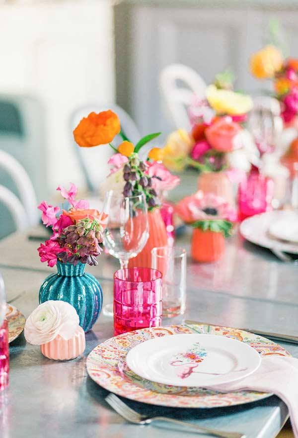 Flores e vasos coloridos
