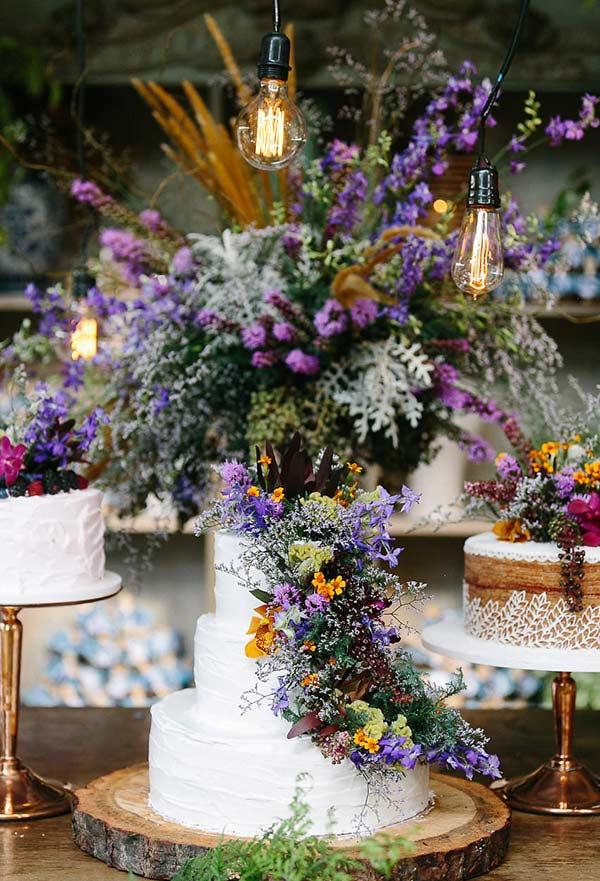Arranjo como o toque final da decoração do bolo de casamento