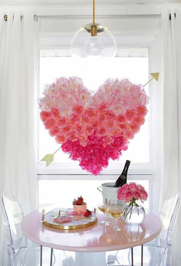 Arranjo com flores penduradas em placa em formato de coração
