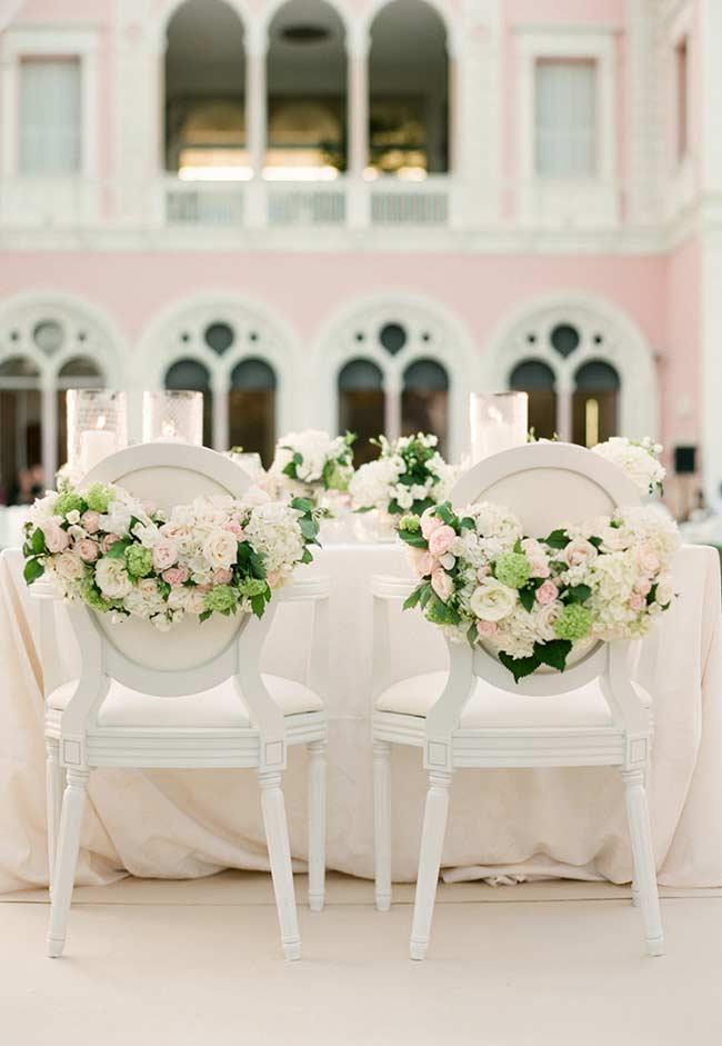 Arranjos de flores para cadeira dos noivos