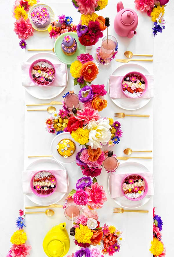 Arranjo colorido e tropical para mesa