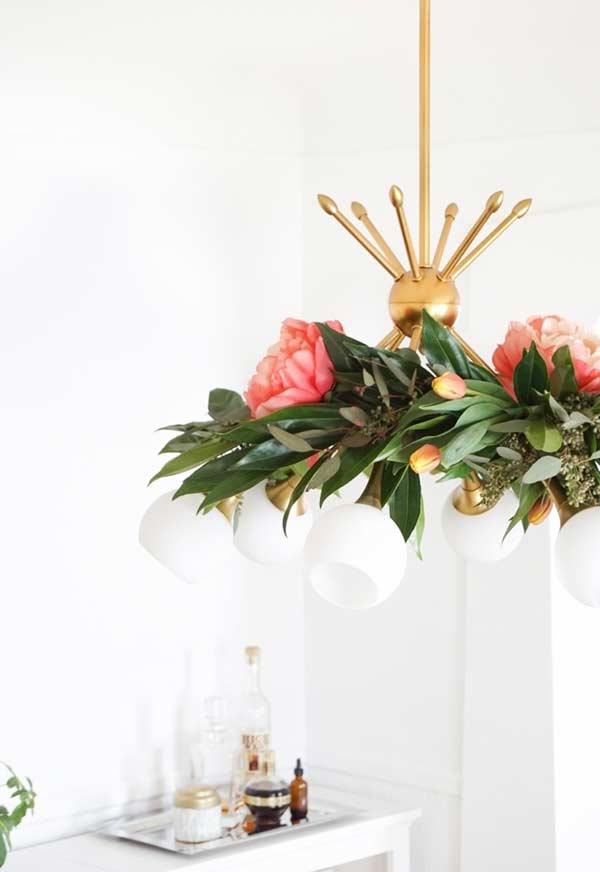 Iluminação floral com arranjo no lustre