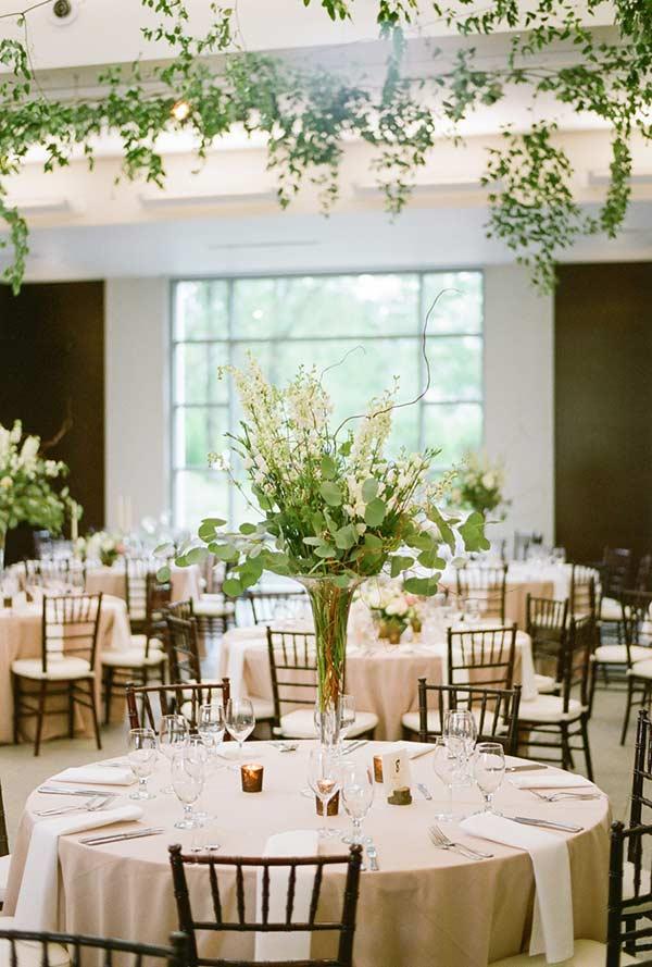 Arranjos de mesa para decoração de festa e casamento