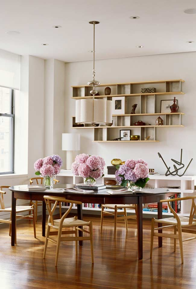 Um toque de aconchego com arranjos de flores na mesa
