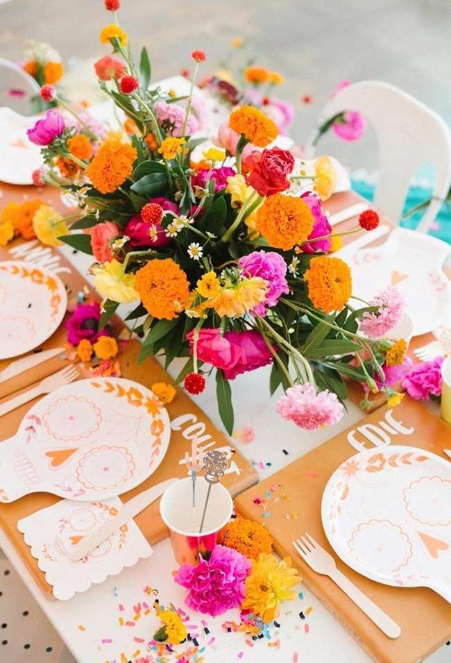 Arranjo de flores colorido no estilo festa mexicana
