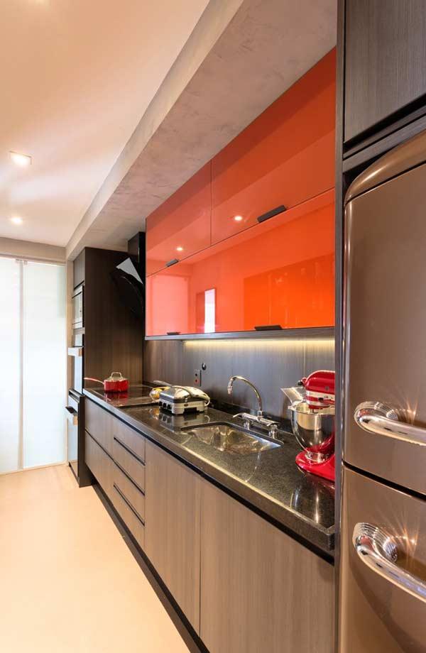 Armário de cozinha com vidro colorido