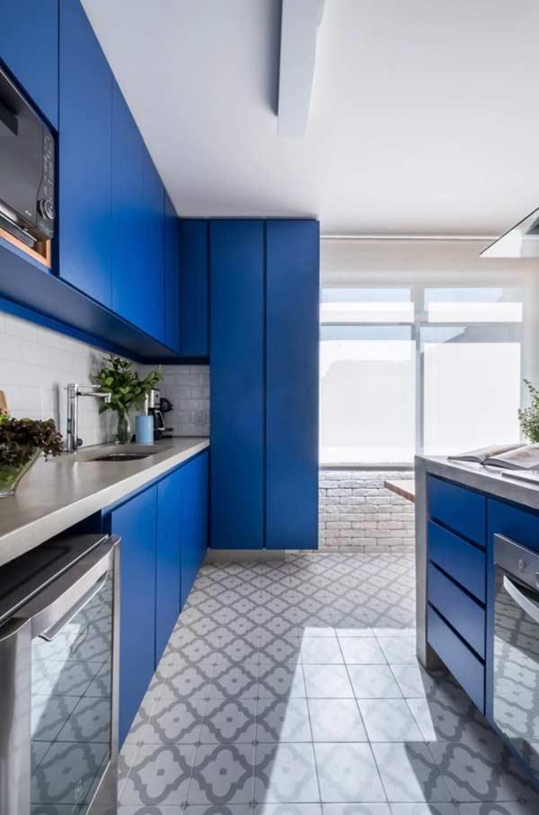 Armário com azul vibrante para uma cozinha alegre