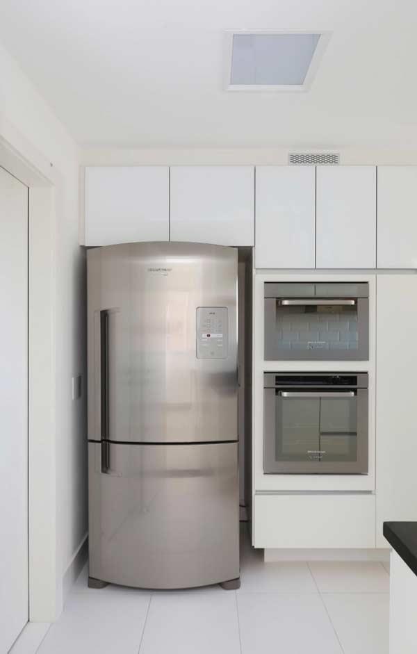 Cozinha planejada com armário branco