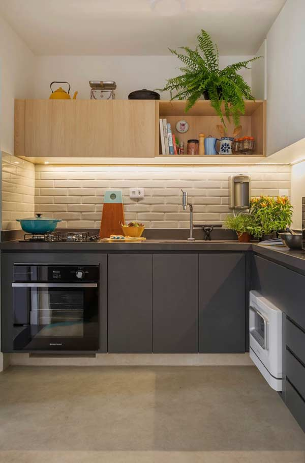 Cozinha com armário superior e inferior com acabamentos diferentes