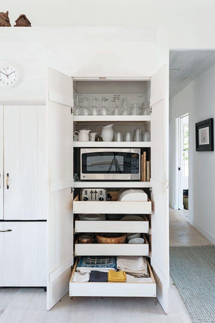 Armário com prateleiras e gavetas