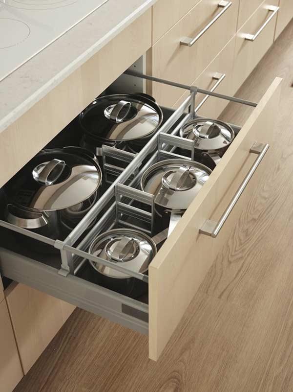 Organize as panelas e tampas de forma separada