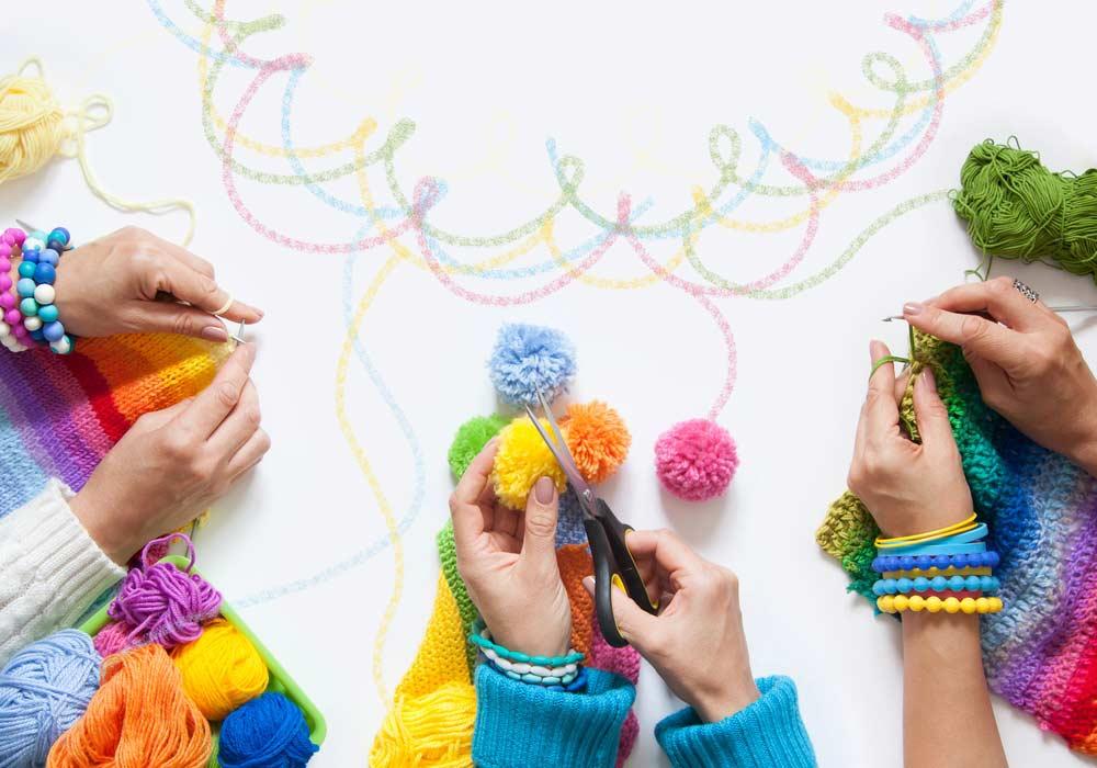 Fazendo pompom de lã com as mãos