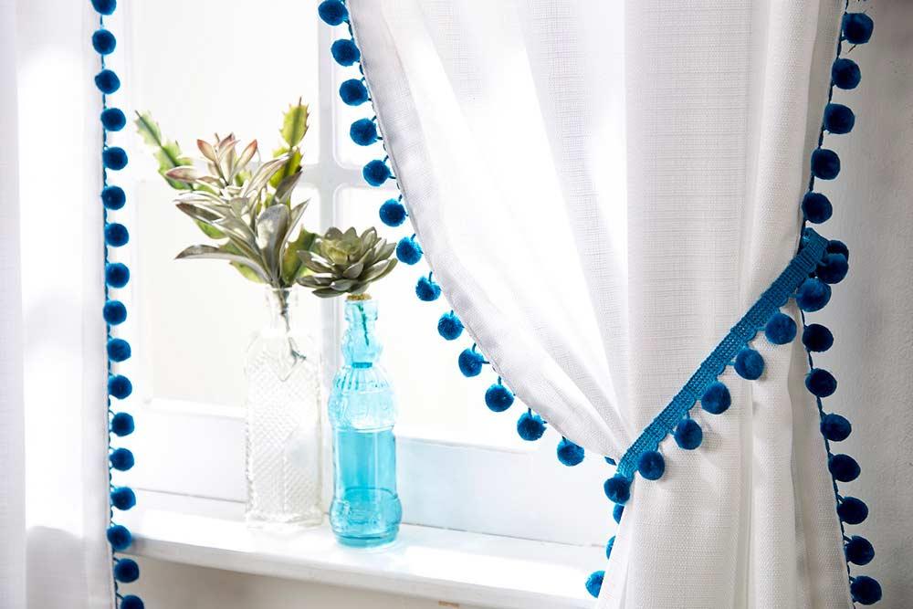 Pompons na cortina