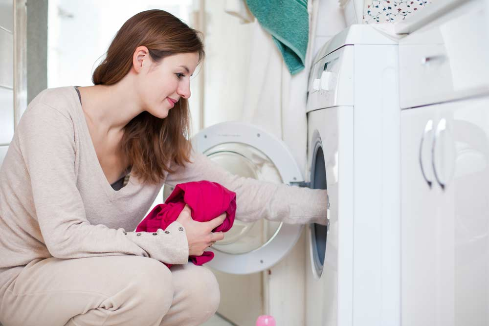 Lavar as roupas na máquina de lavar