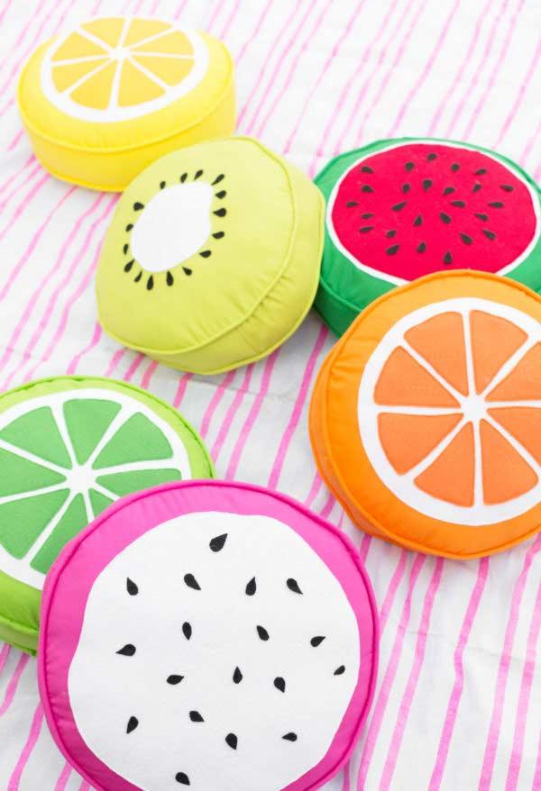 Almofadas de frutas coloridas e tropicais