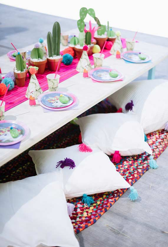 Almofadas coloridas no chão para aproveitar a festinha