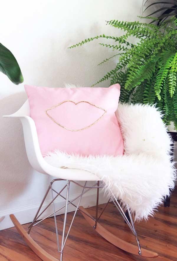 Costura simples em uma almofada lisa