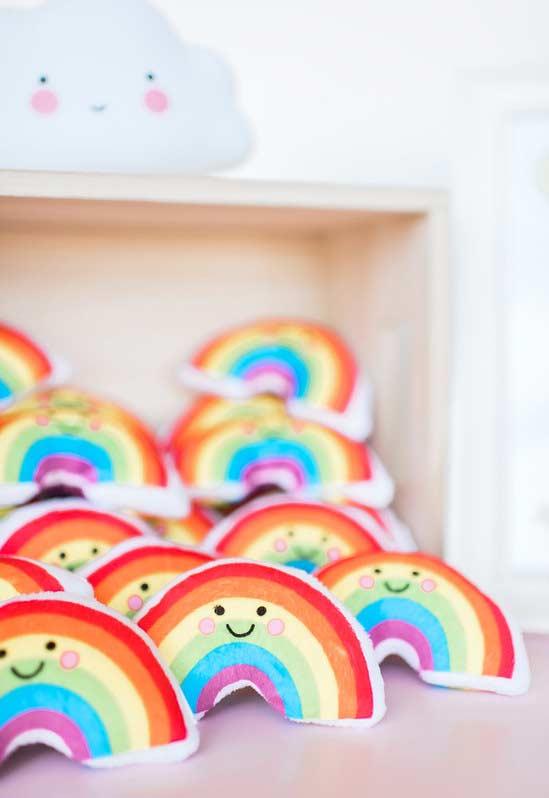 Mini almofadas com formato de arco-íris