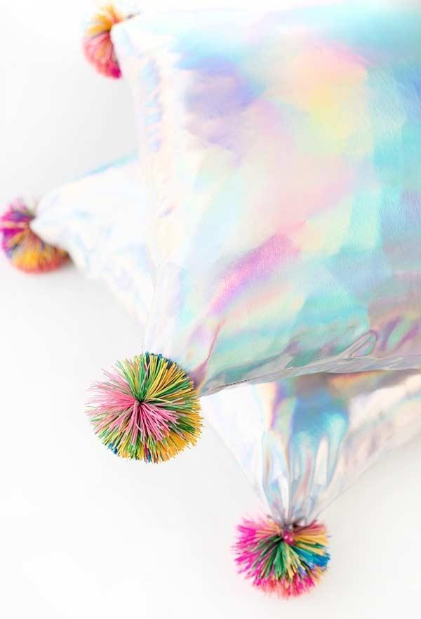 Almofada holográfica com pompom colorido