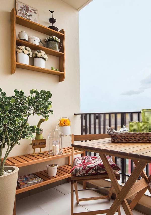 Monte um cantinho aconchegante para fazer as refeições na varanda