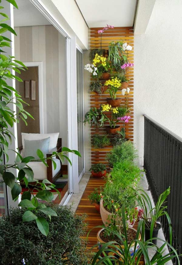 Mais charme com ripas de madeira na decoração do jardim em uma varanda pequena