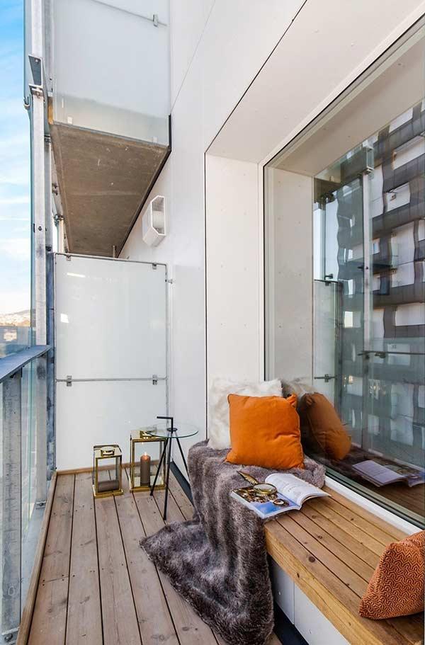 Aposte em bancos estreitos para diversificar e acrescentar assentos na varanda