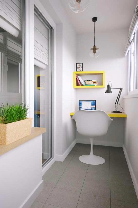 Outra ideia para decorar a varanda pequena: montar um home office bonito e funcional