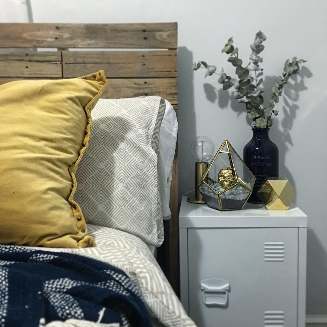 Todo o charme da decoração de um quarto com cabeceira de pallet