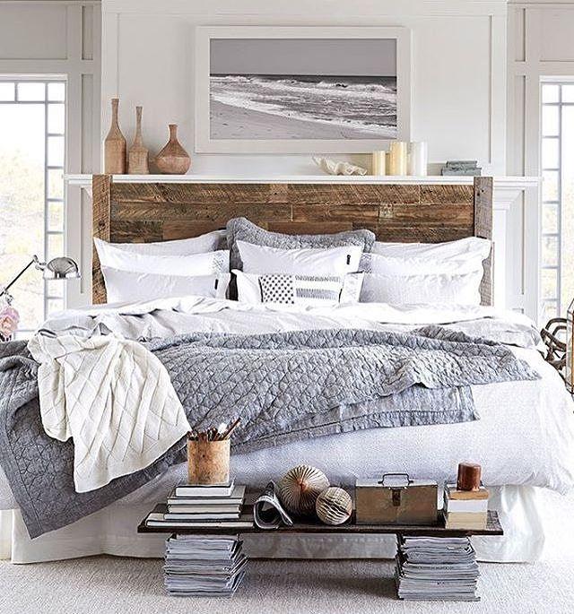 Cabeceira em destaque no quarto com decoração clean.