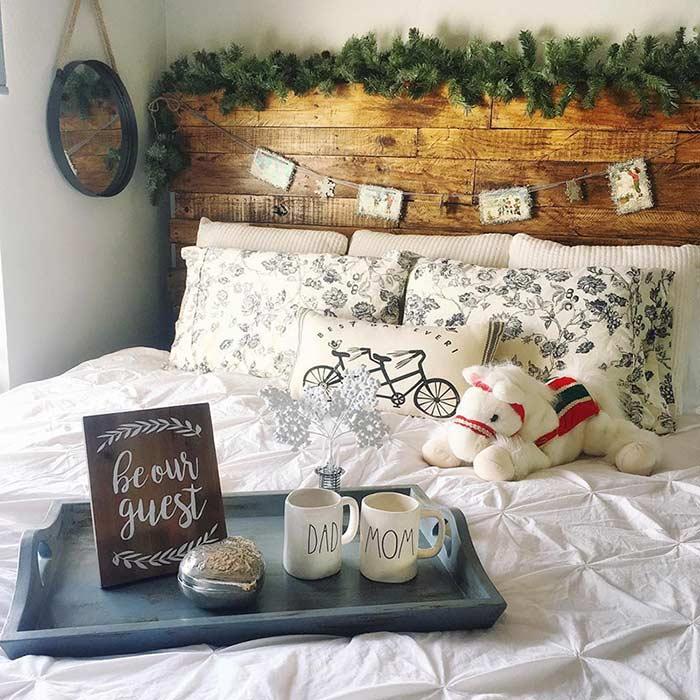 Cabeceira com adornos e objetos decorativos