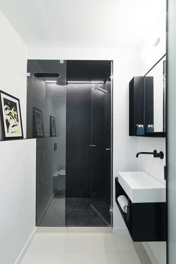 Contraste de cores entre o piso e as cores do banheiro