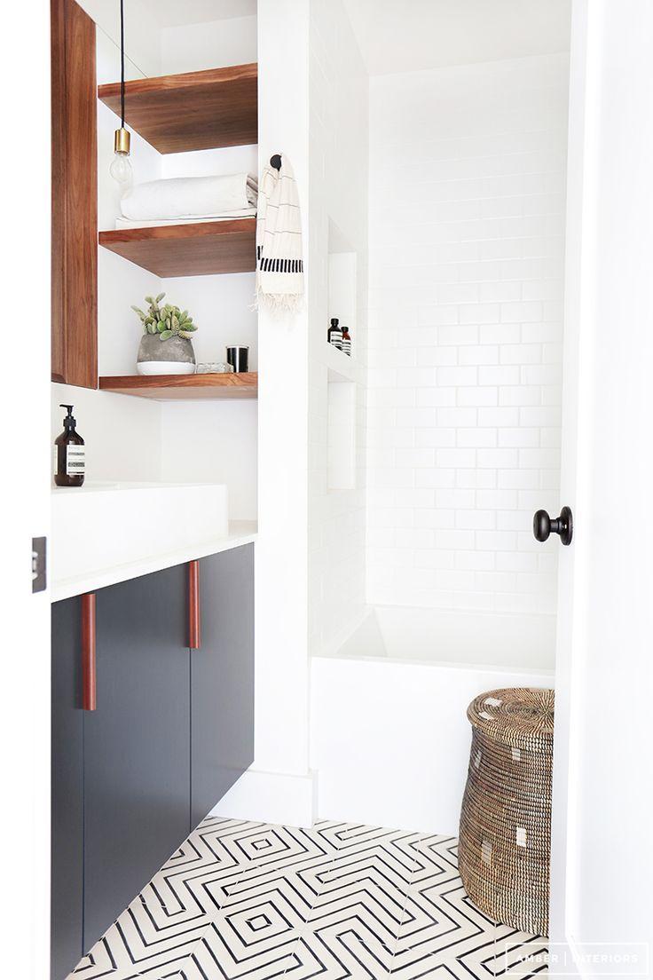 As linhas do piso promovem um efeito lúdico a decoração do banheiro