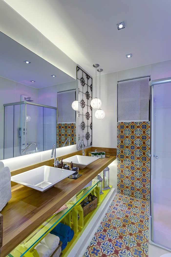 Dê um toque de cor ao seu banheiro com o azulejo estampado