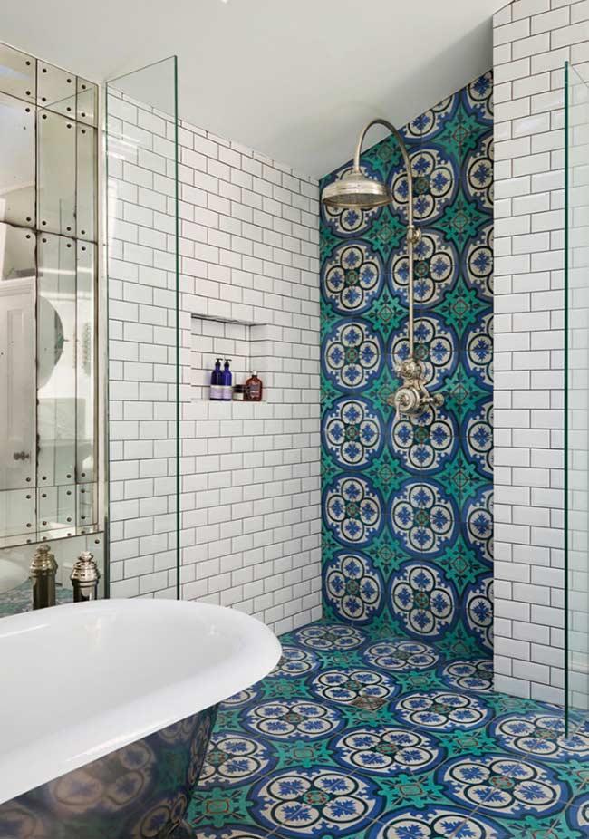 Modelo de banheiro com piso em azulejo vibrante