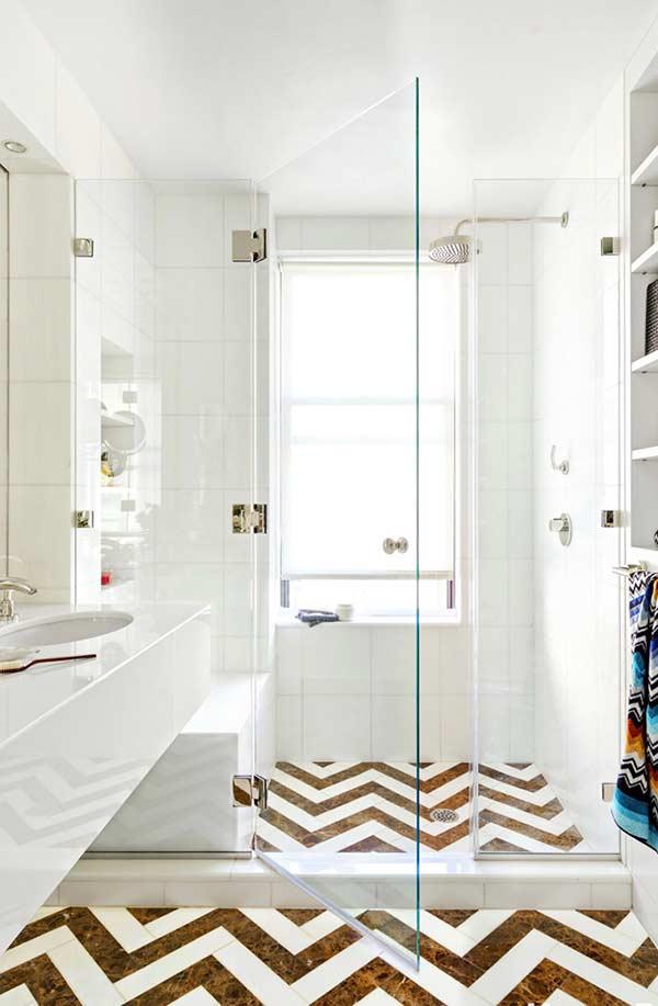 Banheiro com piso na estampa Chevron