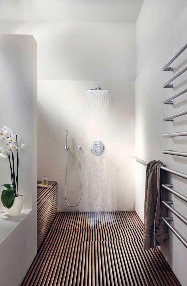 Banheiro com deck de madeira